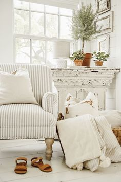 Cozy White Cottage Book: Getting Started – Shabby Chic # Vintage # Farmhouse – decor Cottage Shabby Chic, Style Cottage, Shabby Home, Shabby Chic Farmhouse, Shabby Chic Living Room, White Cottage, Shabby Chic Homes, Shabby Chic Decor, Cottage Farmhouse