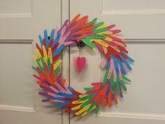 Krans van de kinderhandjes Diy For Kids, Crafts For Kids, Sunday School Crafts, Mom Day, Creative Kids, Diy Party, Handicraft, Teacher Gifts, Working With Children