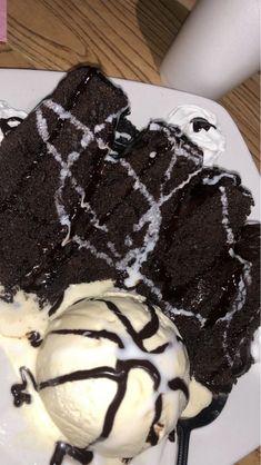 Quadruple layer dark chocolate cake with chocolate sauce and a scoop of vanilla ice cream Think Food, I Love Food, Good Food, Yummy Food, Plats Ramadan, Sleepover Food, Junk Food Snacks, Snap Food, Food Snapchat