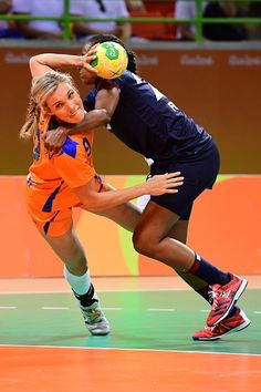#RIO2016 Best of Day 1 - Netherlands' rigth back Sanne van Olphen vies with France's centre back Estelle NzeMinko during the women's preliminaries Group B handball match...