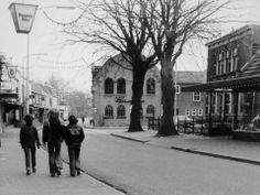 Oosteinde Hardenberg zeventiger jaren. De oude synagoge staat er nog.