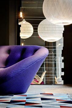 Il divano Ploum dei fratelli Bouroullec è esposto allo Spazio Pontaccio di Milano