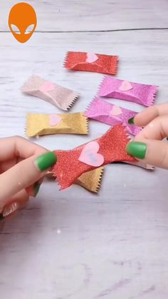 Gift wrapping for small gifts (chocolate size and look) Diy Crafts Hacks, Diy Crafts For Gifts, Diy Home Crafts, Diy Arts And Crafts, Creative Crafts, Cool Paper Crafts, Paper Crafts Origami, Diy Paper, Fun Crafts