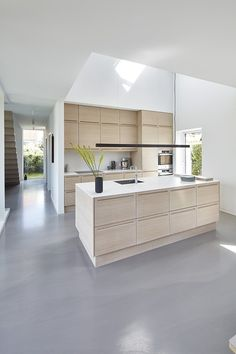 White, clean, sharp and neat, this post contains some great examples of white contemporary kitchen cabinets. Notice how pleasing that these kitchens are. Open Plan Kitchen Living Room, Kitchen On A Budget, Home Decor Kitchen, Country Kitchen, Kitchen Interior, Country Cooking, Kitchen Tips, White Contemporary Kitchen, Contemporary Kitchen Cabinets