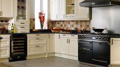 Exclusief #Falcon #fornuis uitgevoerd in de kleur zwart en geplaatst in een landelijke keuken. (foto: Falcon Nederland)