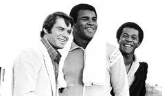 Mohamed Ali/Cassius Clay con Robert Urich y Clifton Davis, durante el rodaje de una película en Las Vegas, el 9 de noviembre de 1978. EFE/EPA/LAS VEGAS NEWS BUREAU