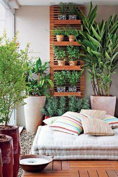 Aproveite sua varanda para ter uma horta em casa. O painel treliçado acomodou os vasos com temperos, que podem ser levados direto para a cozinha.