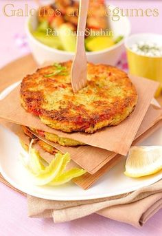 Galettes aux légumes râpés : 4 grosses pommes de terre 1 courgette 1 poivron rouge 1 échalote 1 cuill. à soupe de persil haché (ou deshydraté) 1 œuf 2 cuill. à soupe de farine Sel/poivre: