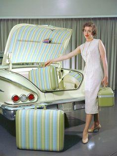 Vintage Cars Loading a Chevrolet Impala Martinique, Chevrolet Impala, 1958 Chevy Impala, Pub Vintage, Vintage Stuff, Vintage Green, Car Trunk, Vintage Luggage, Us Cars, Ford Falcon
