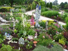 7+ Best Fairy Garden Ideas for Your Inspiration Fairy Garden Plants, Fairy Garden Houses, Gnome Garden, Fairy Gardening, Little Gardens, Small Gardens, Mini Gardens, Small House Garden, Pots