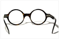 Pollipò Occhiali Eyewear style n. 619 in TORTOISESHELL CLASSIC DARK: accurately handmade from cellulose acetate sheet. Each frame is handcrafted using only the finest materials. Creatively packaged with genuine Italian Tuscan leather case.