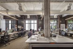 FORm_office installed in the San Francisco office of landscape architecture firm, SWA Group. © Innovant, Inc. Photographed by Sherman Takata. Concrete Column, Office Fit Out, Desk Space, Coworking Space, Hotel Lobby, Bespoke Design, Working Area, Design Firms, Workplace