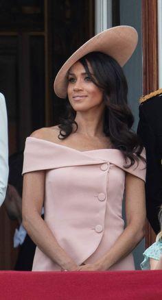 Meghan Markle en robe rose dénudée aux épaules signée Carolina Herrera