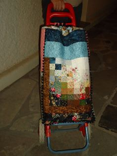 carros compra patchwork - Buscar con Google Trolley Bags, Recycle Jeans, Pin Cushions, Suitcase, Recycling, Lunch Box, Patches, Lily, Diy Crafts