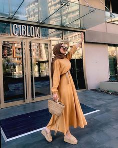 Hijab styles 852517404445065392 - Image may contain: one or more people and people standing Source by kezibanncevik Hijab Fashion Summer, Modern Hijab Fashion, Street Hijab Fashion, Muslim Fashion, Modest Fashion, Fashion Clothes, Fashion Outfits, Fashion Styles, Casual Hijab Outfit