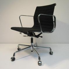 bureaustoel EA 117 hopsak Eames Vitra zwart chroom Hello Design Classics