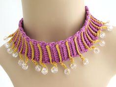 Este collar de gargantilla de cuentas púrpura y oro fue hechos a mano con hilo…