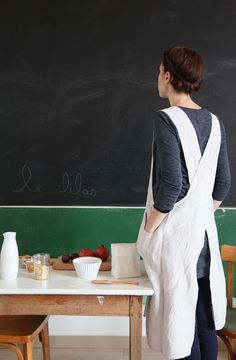 I want a pinafore-style apron. Sewing Aprons, Sewing Clothes, Diy Clothes, Japanese Apron, Japanese Style, Japanese Sewing, Pinafore Apron, Pinafore Pattern, Linen Apron