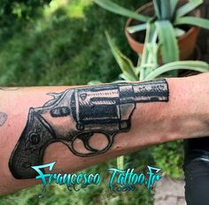 #tattoorevolver #tattooman #tattooarm #blacktattoo #guntattoo #napolipeopletattoo #gomorratattoo #francescotattoo #tatouagecalibre #tattoogrenoble