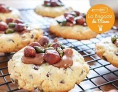 Découvrez notre succulente recette de cookies moelleux aux pépites de chocolat, recouverts de praliné, noisettes et pistaches ! Cookies Et Biscuits, Tea Time, Cheesecake, Desserts, Pain, Blog, Macarons, Soft Chocolate Chip Cookies, Chocolate Ganache
