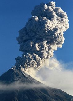 A GIANT volcano close to Mexico City has erupted blasting a huge cloud of hot ash into the sky. Natural Phenomena, Natural Disasters, Landscape Photography Tips, Scenic Photography, Night Photography, Volcanic Ash, Nature Sauvage, Lava Flow, Wild Nature