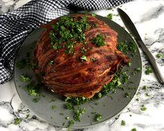 Skøn opskrift på farseret blomkål med bacon. Server med persillesauce og nyd en variation over de klassiske frikadeller med blomkål og persillesauce.