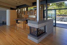 Situada en la Isla de Whidbey, Washington, EE.UU., esta moderna cabaña trata de integrarse en el paisaje. Su estructura de madera coherente ...