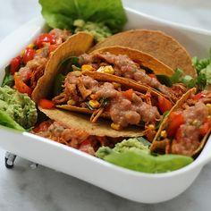 Lekker genieten van het weekend? Wat dacht je van een heerlijke Mexicaanse maaltijd met heerlijke pulled chicken! Dat kan alleen maar genieten zijn. Kijk voor het hele recept op www.fionakookt.nl #fionakookt #gadvergluten #glutenvrij #lactosevrij #FODMAP #lactosefree #glutenfree #taco #mexicaans #mexicaansgenieten #foodlove #foodlovefollow #foodoninsta #foodblog #foodlover #lekkereten #watetenwevandaag #genietenvaneten #glutenenlactosevrijgenieten #lowfodmap #buikpijnvrijeten #buikpijnvrij Pulled Chicken, Tacos, Mexican, Ethnic Recipes, Food, Tomatoes, Shredded Chicken, Meal, Essen