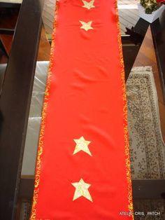 Caminho de mesa natal em oxford vermelho ou verde com 4 estrelas aplicadas em tecidos natalino de fundo marfim com arabescos dourados,vies com fundo vermelho e arabescos dourados vies e apliques em tecido 100% algodão. R$ 49,77
