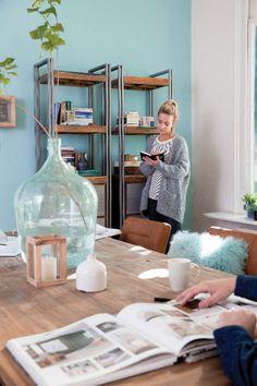 Trendhopper ● Combineer stoere meubels met een frisse kleur op de muur voor een luchtige uitstraling.