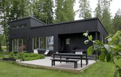 I like the look of an all dark exterior house :: my scandinavian home: A beautiful back-to-basic Finnish cabin Scandinavian Cabin, Scandinavian Architecture, Modern Architecture, Mesa Exterior, Black Exterior, Cottage Exterior, Black House, House Colors, Exterior Design