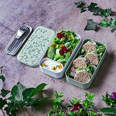 Nature and its mysteries invite themselves on this MB Original English Garden! At the office, in the park or at the gym, this bento box Made in France, which offers a whirling plant show on a pretty soft green, will undoubtedly envious people around you Healthy Dorm Eating, Healthy Bedtime Snacks, Healthy School Snacks, Clean Eating Desserts, High Protein Snacks, Healthy Kids, Easy Healthy Recipes, Healthy Breakfasts, Healthy Food