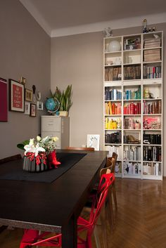 Wall color, black cabinets and red chairs Bookshelf Organization, Dinner Room, Neutral Walls, Black Cabinets, Decoration, House Colors, Apartment Therapy, Beautiful Homes, Bookcase