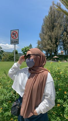 Casual Hijab Outfit, Ootd Hijab, Girl Hijab, Hijab Fashion Summer, Muslim Fashion, Model Poses Photography, Hijab Fashion Inspiration, Cool Girl Pictures, How To Pose