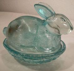 L.E. Smith - Aqua Blue Glass Bunny Rabbit Nesting Candy Dish - Vintage Excellent