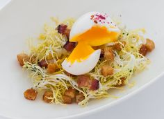 Lyonnaise Style Frisée Salad I The brand new student-staffed Bocuse Restaurant at The Culinary Institute of America Yum, ugh can't wait! Sunday Recipes, Spring Recipes, Lyonnaise, Best Food Ever, Cajun Recipes, Southern Recipes, Creative Food, Food Presentation, Restaurant