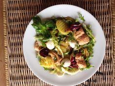 Salade met gemarineerde gerookte zalm, mozzarella, gekruide en gebakken aardappel schijfjes