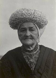 Vrouw in streekdracht uit Princenhage. Ze is gekleed in zondagse dracht. Ze draagt een muts met daarop de 'kroon' (losse versiering met kunstbloemetjes). 1950 #Noord-Brabant #Breda