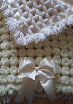 How to Make a Pom pom blanket. Here is how to make a basic pompom blanket. PLEASE NOTE: I now do 5 rounds for the base with 4 x balls of double knitting. Pom Pom Crafts, Yarn Crafts, Sewing Crafts, Pom Pom Baby, Pom Pom Rug, Pom Poms, Knifty Knitter, Loom Knitting, Loom Blanket