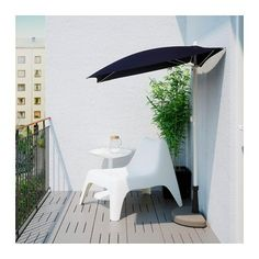 BRAMSÖN / FLISÖ Parasol with base, black. The space on balconies are often very limited, so we created a half parasol and base. Place them flat against the wall or balcony rail and relax in the comfort of the shade. Pergola Designs, Patio Design, Balcony Shade, Grand Parasol, Parasols, Trendy Home Decor, Balcony Railing, Apartment Balconies, Outdoor Furniture