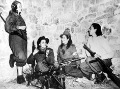 vintage everyday: Interesting Photos of Women in World War II In November four female Italian anti-Fascist fighters relax as they await orders from their commander during their effort in support of Allied troops on the Castelluccio front.