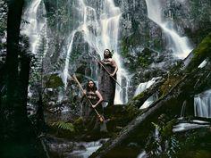 Femmes indigènes de tribu maori Avec le développement d'une culture à part entière entre légendes, danses, arts et tatouages, les Maori se sont forgés une identité au cours des siècles. Bien que l'arrivée des colons européens au 18ème siècle en Nouvelle-Zélande ait sensiblement impacté le mode de vie de la tribu, beaucoup d'aspects de la société traditionnelle des Maoris subsistent encore à notre époque.  Pendant 3 ans, le photographe Jimmy Nelson a parcouru le monde à la rencontre de tribus