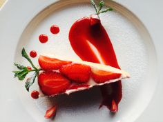 Panna Cotta, Good Food, Strawberry, Food And Drink, Restaurant, Fruit, Ethnic Recipes, Dulce De Leche, Diner Restaurant