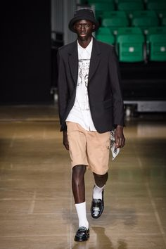 See all the Collection photos from MSGM Spring/Summer 2020 Menswear now on British Vogue Men's Fashion, Unique Fashion, Street Fashion, Vogue Paris, Young T, La Mode Masculine, Vogue Russia, Sport Shorts, Fashion Show Collection
