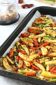 Baked vegetables and potatoes Vegetable Dishes, Vegetable Recipes, Vegetarian Recipes, Chicken Recipes, Cooking Recipes, Healthy Recipes, Food C, Good Food, Baked Vegetables