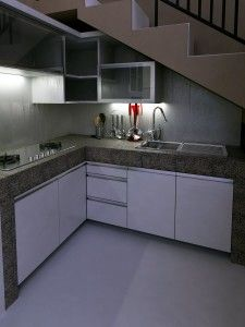 Jangan biarkan ruang di bawah tangga tidak terawat dan jorok. Desain dapur yang tepat dapat memberikan kesan bersih dan rapih.