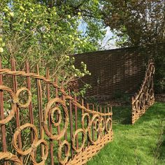 Jay Davey Bespoke Willow on Beautiful day weaving onsite. Terrace Garden, Garden Art, Willow Garden, Willow Fence, Willow Weaving, Garden Architecture, Sustainable Architecture, Residential Architecture, Contemporary Architecture