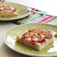 Vor einiger Zeit hat euch Jessie schon einmal das Rezept zu einem glutenfreien Zwetschgenkuchen mit Pekannüssen gezeigt. Heute zeige ich euch das Zwetschgenkuchen-Rezept 2.0 – und zwar mit ei…