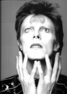 A legend has left us. I'm torn and unable to process this. A huge inspiration to many of us, a true idol and a rare gem. His music and soul will forever live. Rest in Peace David Bowie. David Bowie Born, David Bowie Ziggy, David Bowie Fashion, Look At This Photograph, Ziggy Played Guitar, Mick Ronson, Bowie Starman, The Thin White Duke, Major Tom
