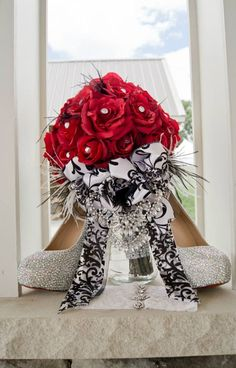 Red and black wedding. Damask wedding. Red bouquet. Feather bouquet